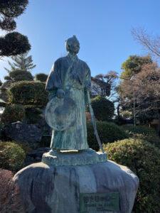 旧渋沢邸「中の家(なかんち)」銅像